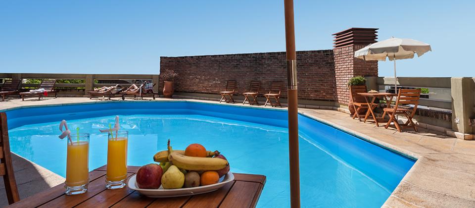 Piscina sol rium sauna y gimnasio hotel de la ca ada for Gimnasio y piscina